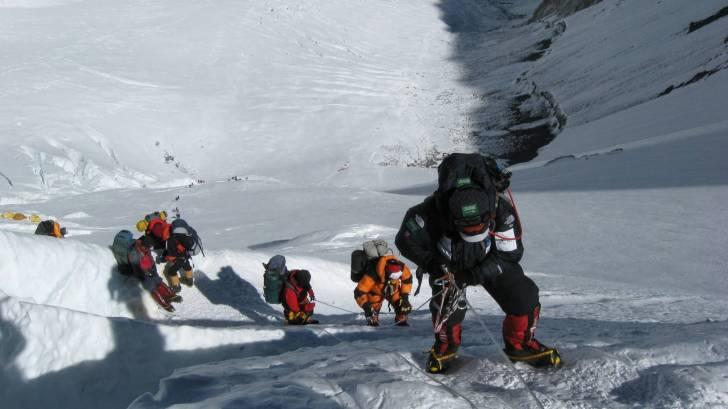 mountain climbers on mt everest team work